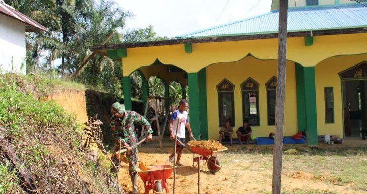 Tanah Samping Masjid Al-Mutaqin Diratakan, Satgas TMMD dan Warga Gotong-Royong